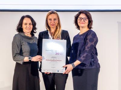 Familienministerin Juliane Bogner-Strauß überreicht das Gütezeichen berufundfamilie an die Wirtschaftskammer Österreich