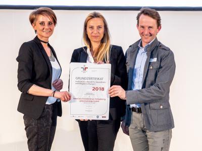 Familienministerin Juliane Bogner-Strauß überreicht das Gütezeichen berufundfamilie an das SeneCura Sozialzentrum Schladming