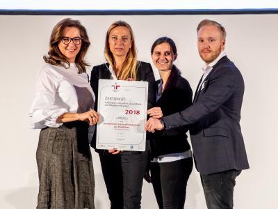 Familienministerin Juliane Bogner-Strauß überreicht das Gütezeichen berufundfamilie an Geriatrische Gesundheitszentren der Stadt Graz