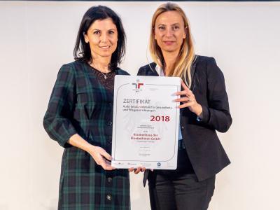 Familienministerin Juliane Bogner-Strauß überreicht das Gütezeichen berufundfamilie an die Krankenhaus der Elisabethinen GmbH