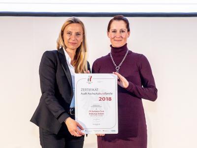 Familienministerin Juliane Bogner-Strauß überreicht das Gütezeichen hochschuleundfamilie an die Fachhochschule Kufstein Tirol Bildungs GmbH