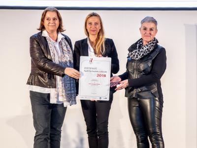 Familienministerin Juliane Bogner-Strauß überreicht das Gütezeichen hochschuleundfamilie an die FH Campus Wien
