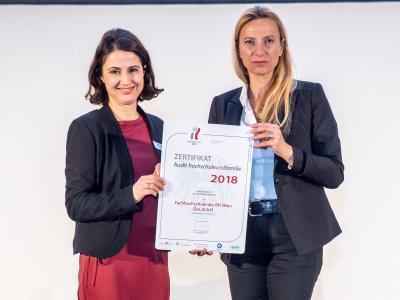 Familienministerin Juliane Bogner-Strauß überreicht das Gütezeichen hochschuleundfamilie an die FH des BFI Wien