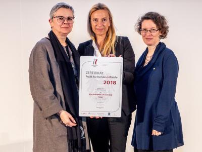 Familienministerin Juliane Bogner-Strauß überreicht das Gütezeichen hochschuleundfamilie an die Universität Graz