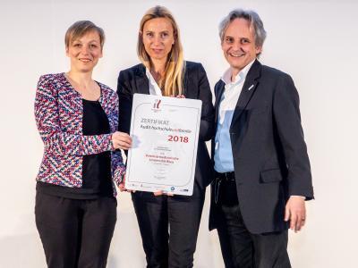 Familienministerin Juliane Bogner-Strauß überreicht das Gütezeichen hochschuleundfamilie an die Veterinärmedizinische Universität Wien