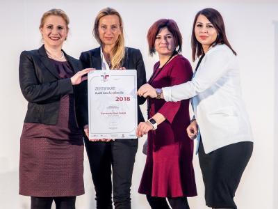 Familienministerin Juliane Bogner-Strauß überreicht das Gütezeichen berufundfamilie an die Constantia Teich GmbH