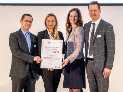 Familienministerin Juliane Bogner-Strauß überreicht das Gütezeichen berufundfamilie an die Familienwohnbau gemeinnützige Bau- und Siedlungsgesellschaft m.b.H