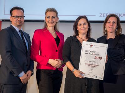 Bundesministerin Christine Aschbacher überreicht staatliches Gütezeichen an Sparkasse Niederösterreich Mitte West