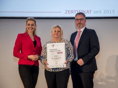 Bundesministerin Christine Aschbacher überreicht staatliches Gütezeichen an VBV - Vorsorgekasse AG