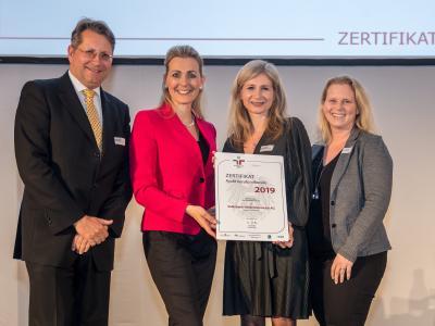 Bundesministerin Christine Aschbacher überreicht staatliches Gütezeichen an Volksbank Niederösterreich AG