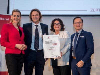 Bundesministerin Christine Aschbacher überreicht staatliches Gütezeichen an Hilfswerk Kärnten