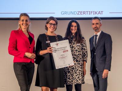 Bundesministerin Christine Aschbacher überreicht staatliches Gütezeichen an Bundeskanzleramt