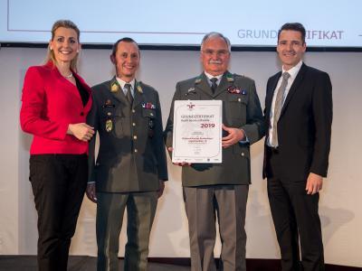 Bundesministerin Christine Aschbacher überreicht staatliches Gütezeichen an Österreichisches Bundesheer/Jägerbataillon 18