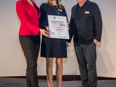 Bundesministerin Christine Aschbacher überreicht staatliches Gütezeichen an  dekoster GmbH
