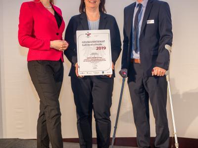 Bundesministerin Christine Aschbacher überreicht staatliches Gütezeichen an DRÄXLMAIER Group: EKB Elektro- u. Kunststofftechnik GmbH, DPL Dräxlmaier Produktion & Logistik GmbH