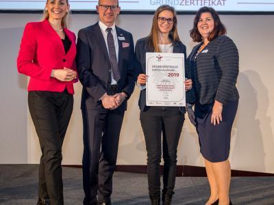 Bundesministerin Christine Aschbacher überreicht staatliches Gütezeichen an EAM Systems GmbH/ EAM Controls GmbH