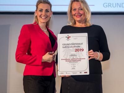 Bundesministerin Christine Aschbacher überreicht staatliches Gütezeichen an Entwicklungs- und Forschungsverein Business Frauen Center