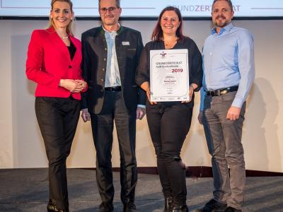 Bundesministerin Christine Aschbacher überreicht staatliches Gütezeichen an Markas GmbH