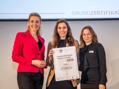 Bundesministerin Christine Aschbacher überreicht staatliches Gütezeichen an Marketagent.com online reSEARCH GmbH