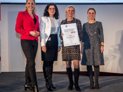 Bundesministerin Christine Aschbacher überreicht staatliches Gütezeichen an OMV Aktiengesellschaft