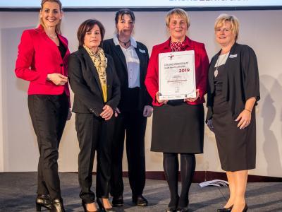 Bundesministerin Christine Aschbacher überreicht staatliches Gütezeichen an OÖ Jugendherbergswerk