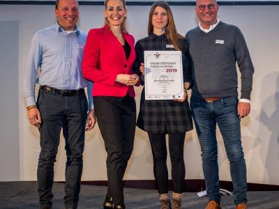 Bundesministerin Christine Aschbacher überreicht staatliches Gütezeichen an Patscheider Sport GmbH