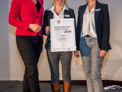 Bundesministerin Christine Aschbacher überreicht staatliches Gütezeichen an PILZ Ges.m.b.H.