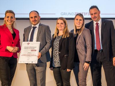 Bundesministerin Christine Aschbacher überreicht staatliches Gütezeichen an SPAR Österreichische Warenhandels AG, Zweigniederlassung Wörgl - Filialen und TANN