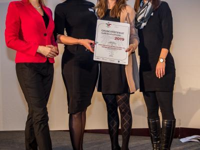 Bundesministerin Christine Aschbacher überreicht staatliches Gütezeichen an SPAR Österreichische Warenhandels AG; Zweigniederlassung Dornbirn
