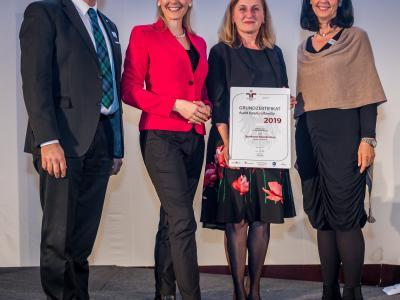 Bundesministerin Christine Aschbacher überreicht staatliches Gütezeichen an Sparkasse Neunkirchen