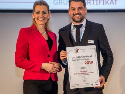 Bundesministerin Christine Aschbacher überreicht staatliches Gütezeichen an UNiQUARE Software Development GmbH