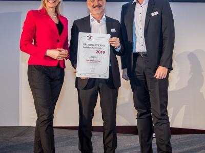 Bundesministerin Christine Aschbacher überreicht staatliches Gütezeichen an  Wintersteiger AG