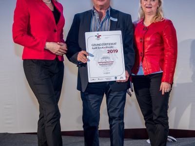 Bundesministerin Christine Aschbacher überreicht staatliches Gütezeichen an Wolfgang Kinninger Karosserie GmbH