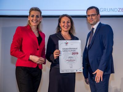 Bundesministerin Christine Aschbacher überreicht staatliches Gütezeichen an Wüstenrot Gruppe