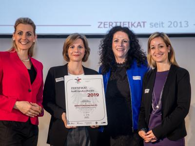 Bundesministerin Christine Aschbacher überreicht staatliches Gütezeichen an MERKUR Warenhandels AG