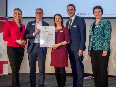 Bundesministerin Christine Aschbacher überreicht staatliches Gütezeichen an Österreichische Beamtenversicherung, VVaG
