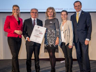 Bundesministerin Christine Aschbacher überreicht staatliches Gütezeichen an Österreichische Post Aktiengesellschaft (Zentrale)