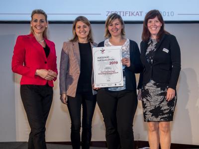 Bundesministerin Christine Aschbacher überreicht staatliches Gütezeichen an PwC Österreich GmbH Wirtschaftsprüfungsgesellschaft