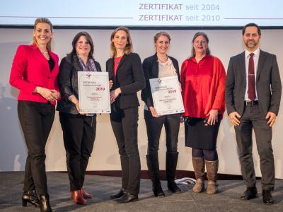 Bundesministerin Christine Aschbacher überreicht staatliches Gütezeichen an Raiffeisen Holding NÖ-Wien reg Gen.m.b.H. Raiffeisenlandesbank NÖ-Wien AG