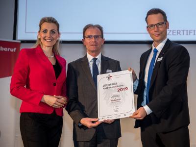 Bundesministerin Christine Aschbacher überreicht staatliches Gütezeichen an BKS Bank AG