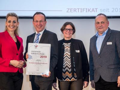 Bundesministerin Christine Aschbacher überreicht staatliches Gütezeichen an  Bundesimmobiliengesellschaft m.b.H.