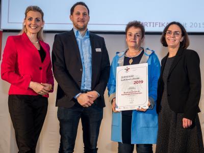 Bundesministerin Christine Aschbacher überreicht staatliches Gütezeichen an Bundesministerium für Nachhaltigkeit und Tourismus