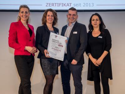 Bundesministerin Christine Aschbacher überreicht staatliches Gütezeichen an dm drogerie markt GmbH