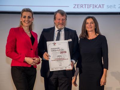 Bundesministerin Christine Aschbacher überreicht staatliches Gütezeichen an Hackspiel & Partner Versicherungsmakler GmbH & Co KG