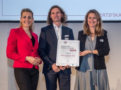 Bundesministerin Christine Aschbacher überreicht staatliches Gütezeichen an Herz-Jesu Krankenhaus GmbH