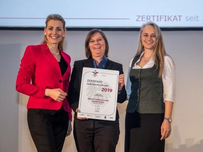 Bundesministerin Christine Aschbacher überreicht staatliches Gütezeichen an Hilfswerk Niederösterreich Betriebs GmbH
