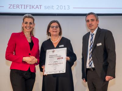 Bundesministerin Christine Aschbacher überreicht staatliches Gütezeichen an Infineon Technologies Austria AG