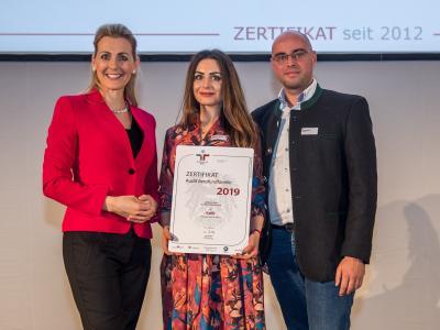 Bundesministerin Christine Aschbacher überreicht staatliches Gütezeichen an KaBB