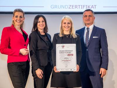 Bundesministerin Christine Aschbacher überreicht staatliches Gütezeichen an Kastner & Öhler AG