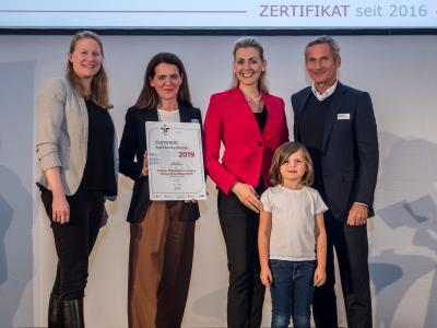Bundesministerin Christine Aschbacher überreicht staatliches Gütezeichen an Vöslauer Mineralwasser GmbH & Vöslauer Thermalbad GmbH